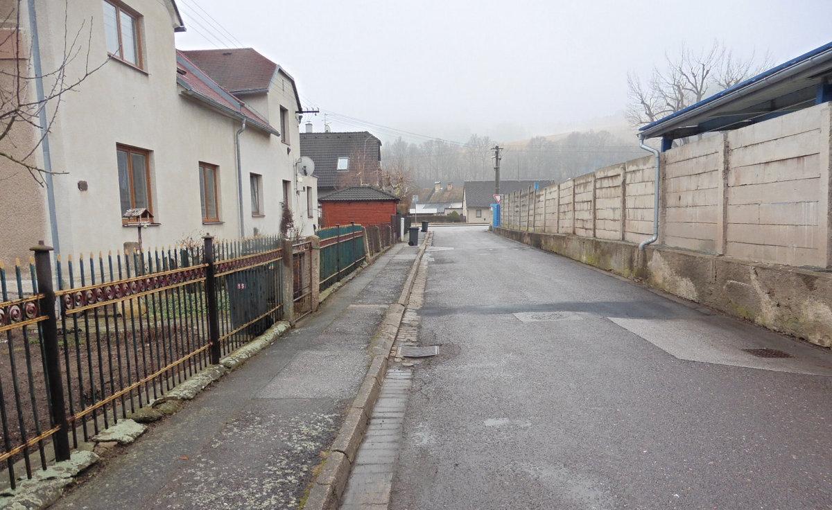 V ulici Vítkova se začne sopravou chodníku