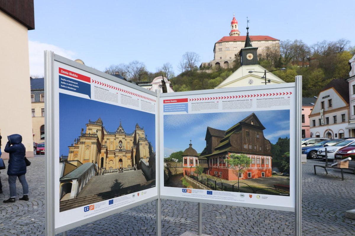 Na náměstí v Náchodě je k vidění putovní výstava fotografií našeho regionu