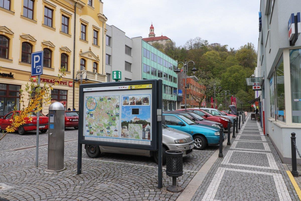 Náchod se připravuje na letní turistickou sezónu – proměnou prošel informační panel na Karlově náměstí