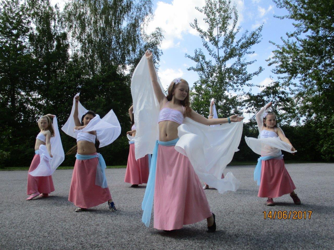 Vystoupení malých břišních tanečnic v Domově pro seniory Marie