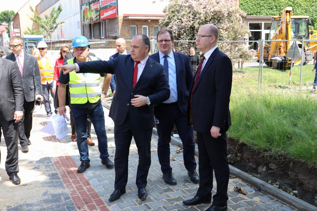 Premiér si během návštěvy Náchoda prohlédl průtah, stadion Hamra a uctil památku arch. J. Letzela