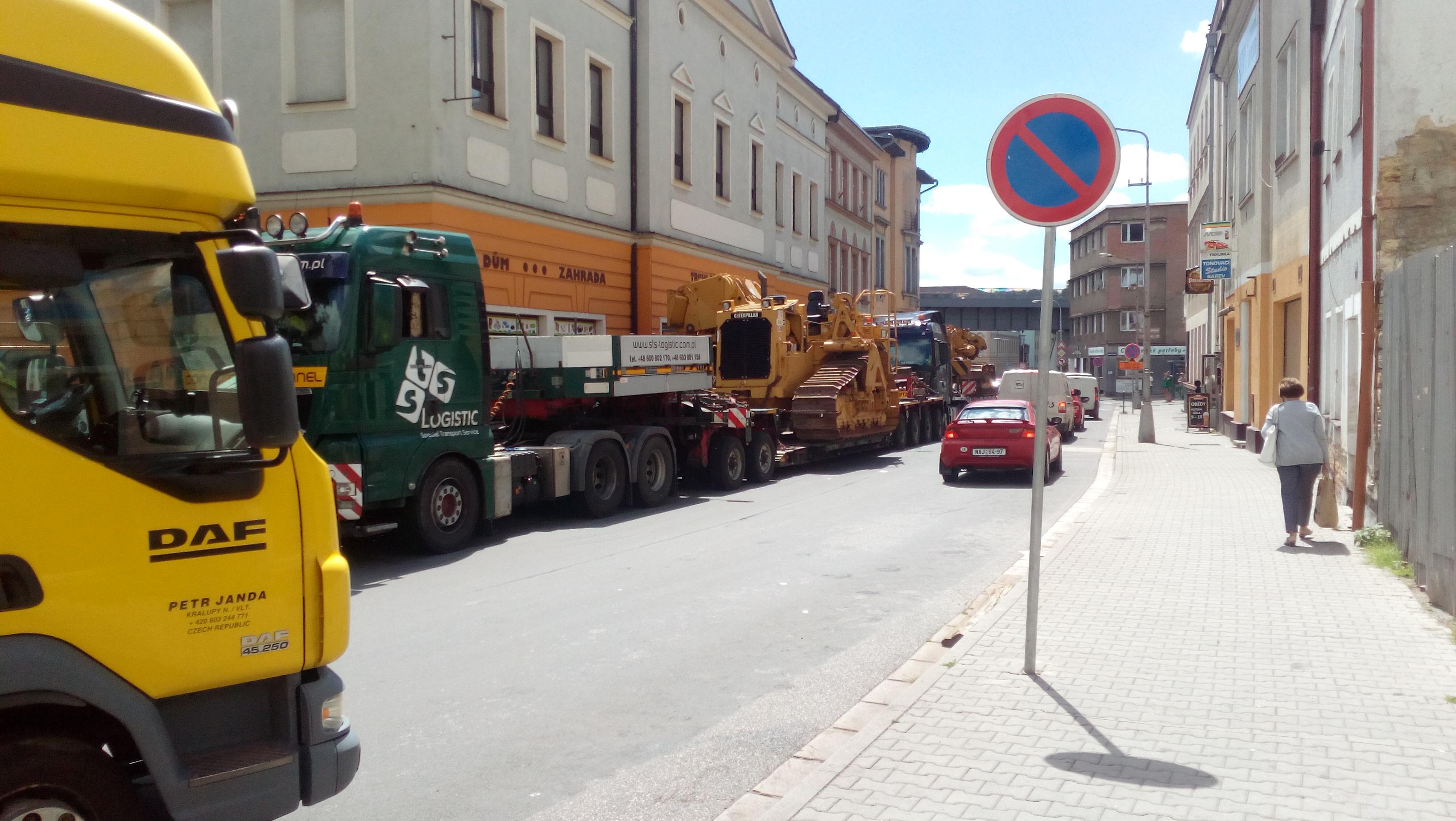 Nadrozměrný náklad zablokoval dopravu.