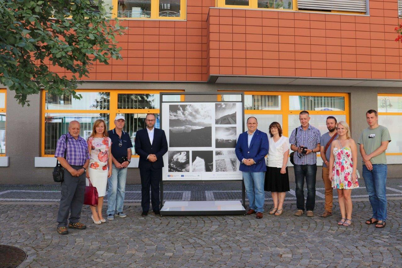 Na Karlově náměstí je k vidění exteriérová výstava českých a polských fotografií