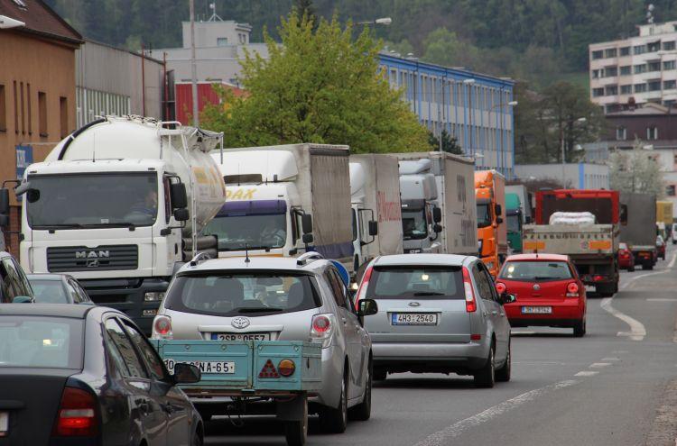 Policie v Náchodě se zaměří na řízení dopravy ve špičkách, v krajních případech bude odstavovat kamiony
