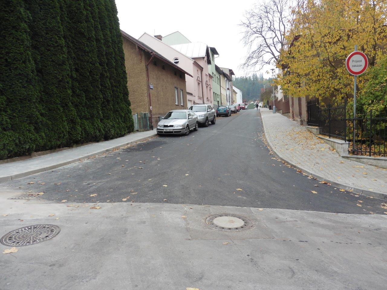 Oprava chodníku a komunikace v ulici Jiráskova je dokončena
