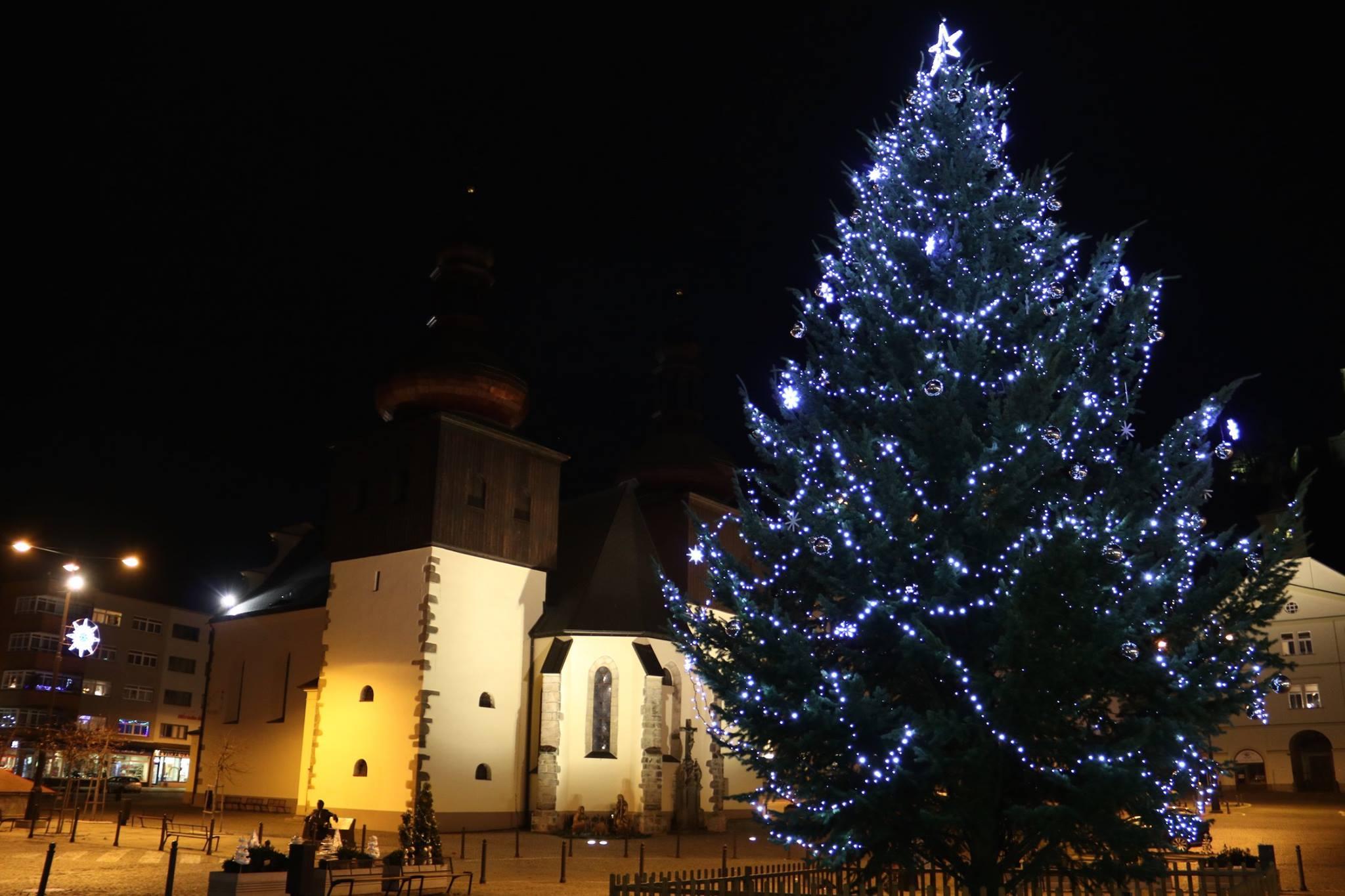 Advent v Náchodě rozzářil vánoční strom