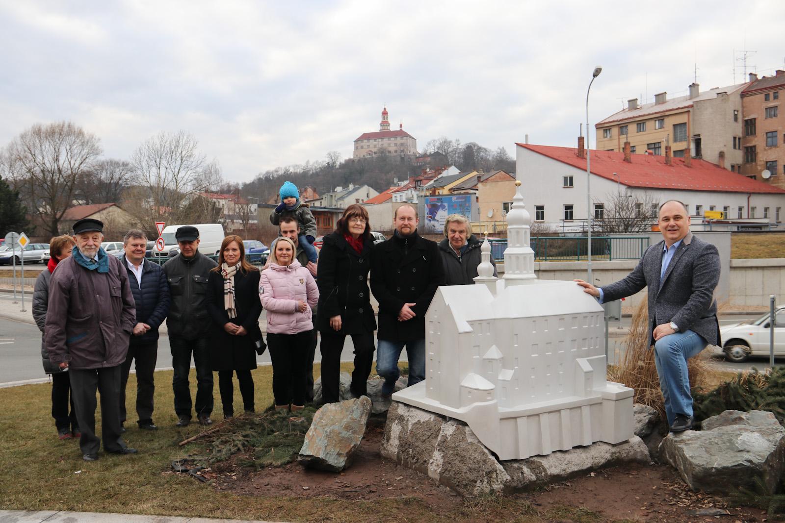 """Náchodský zámek má svého """"mladšího brášku"""" na kruháku v centru města"""