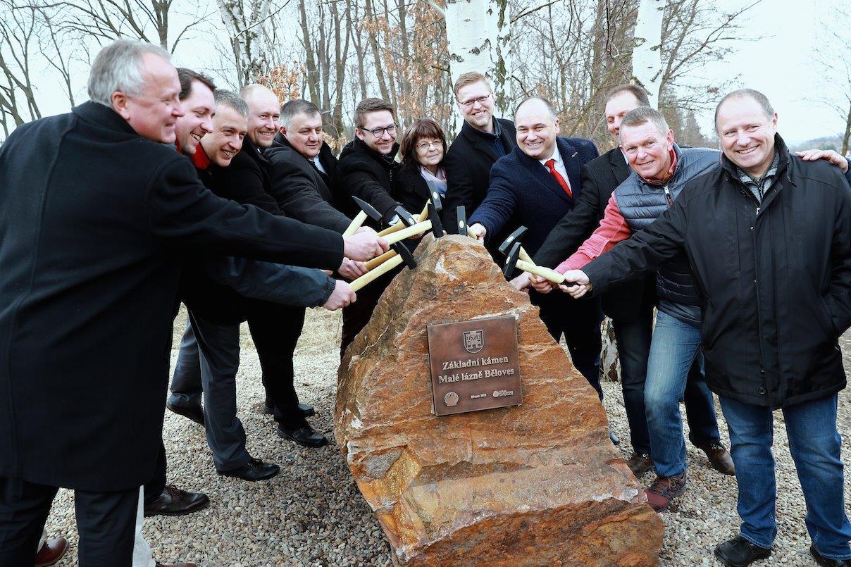 Slavnostním poklepáním základního kamene začala v Náchodě-Bělovsi výstavba Malých lázní (vila Komenský)