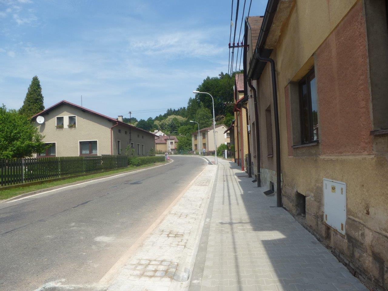 Chodník v ulici Za Kapličkou v novém