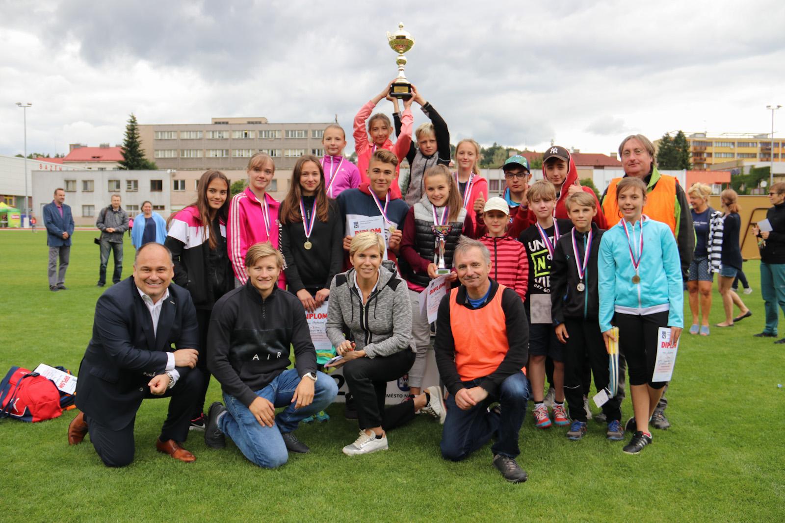 Sportovní hvězdy hosty atletické olympiády základních škol náchodského okresu