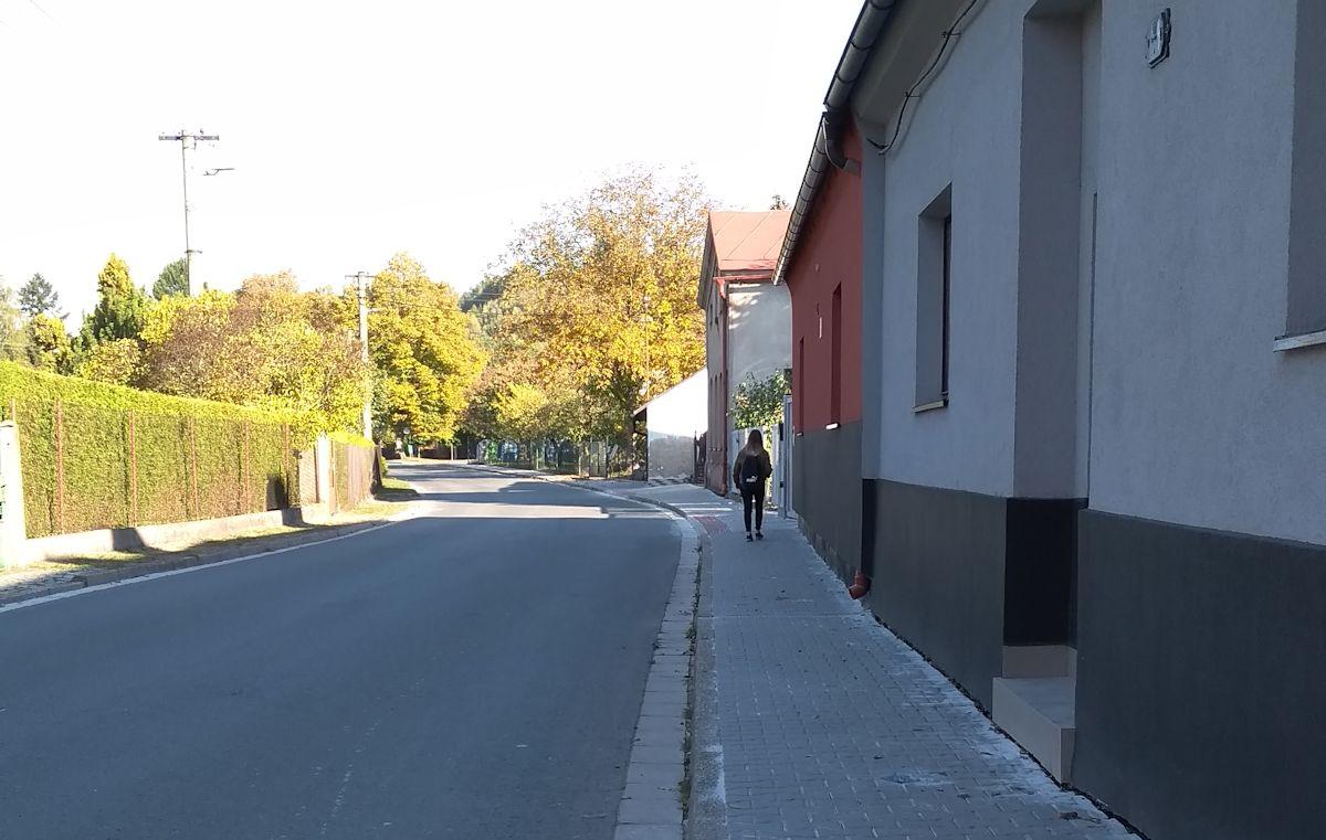 Oprava chodníku v ulici 1. Máje dokončena