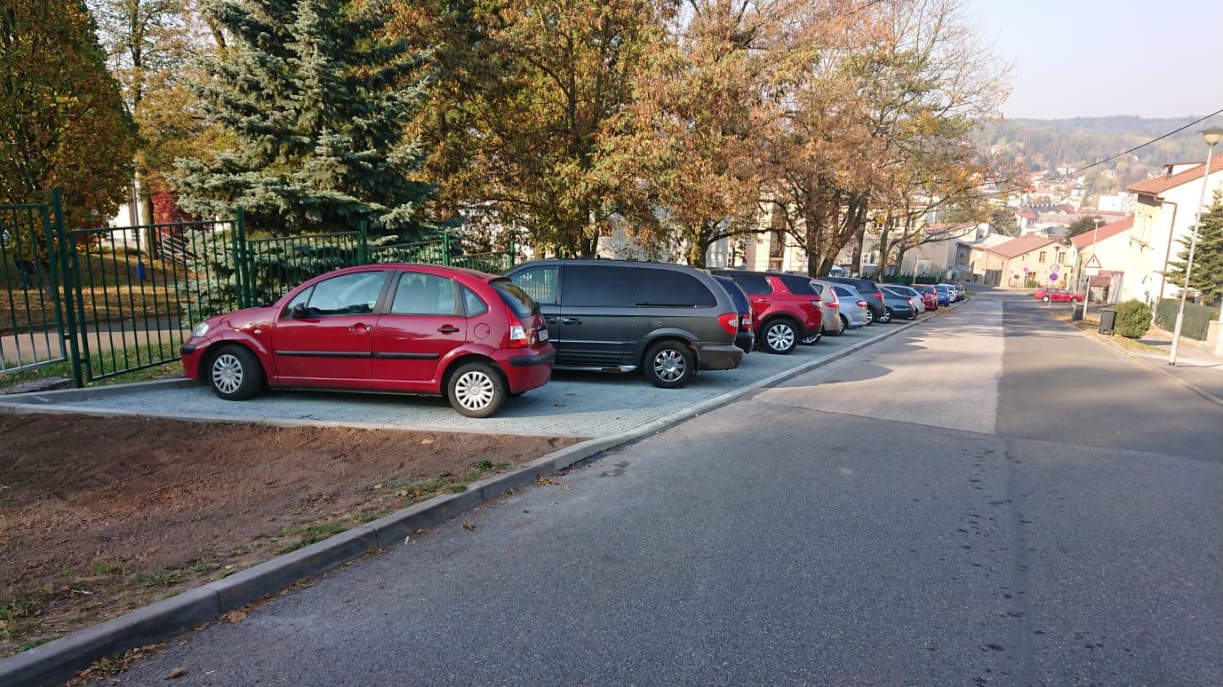 Další parkovací plocha pro návštěvníky náchodské nemocnice