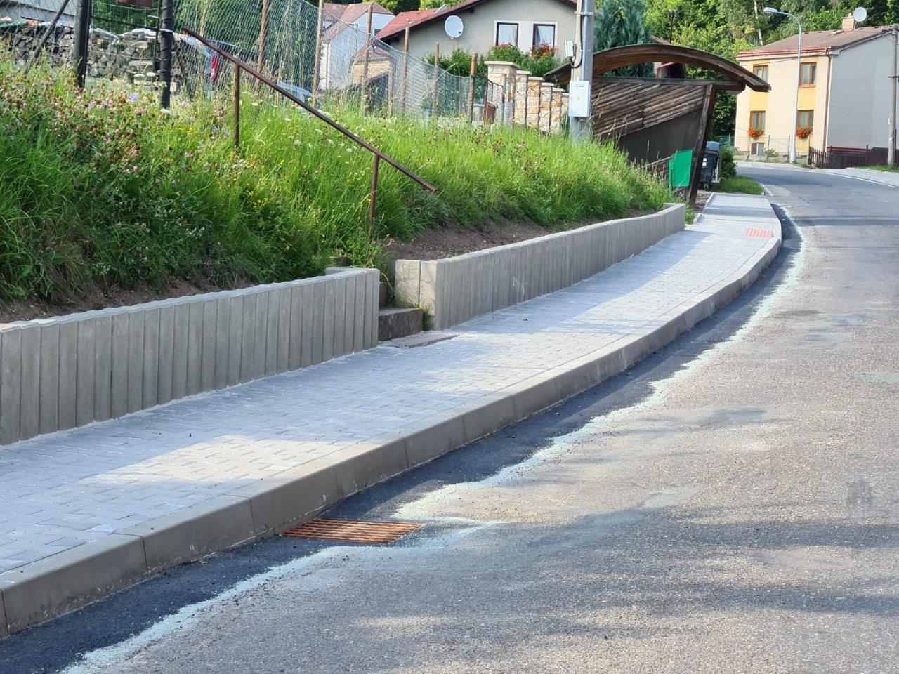 Opravený chodník v ulici Za Kapličkou