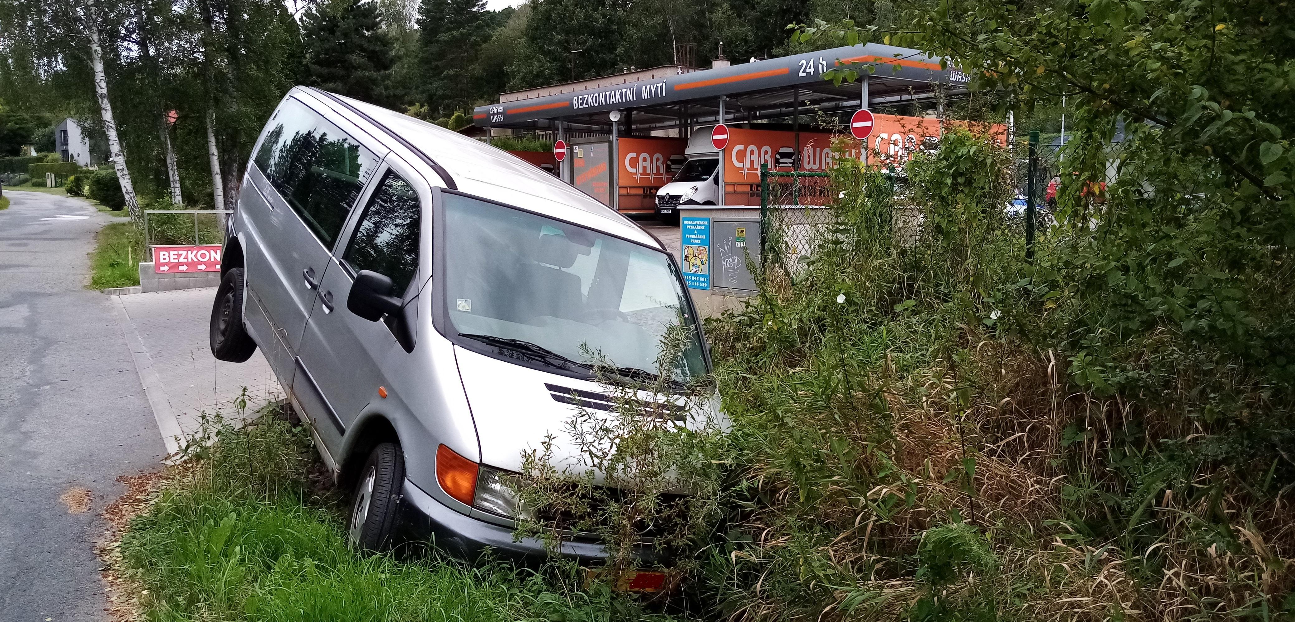Řidič doplatil na nepozornost při parkování.
