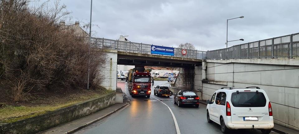 Nehoda pod viaduktem u nádraží.